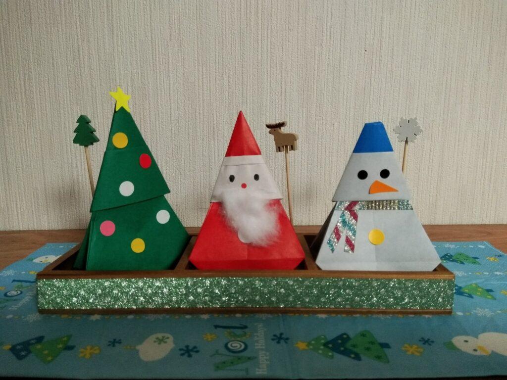 折り紙で作ったプレゼント用パッケージ。ツリー、サンタ、雪だるま
